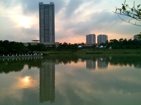 Nice Sunset, Beautiful lake in an urban residential area!