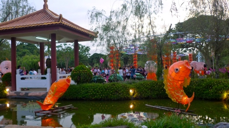 It really great to see so many people bringing their family to spend time in the flora & lantern festival. A beautiful and touching view that 3 generations get together, Grand parent, son/daughter plus grandso/ granddaughter. What is more important than reunion of family and also practice on filial piety.