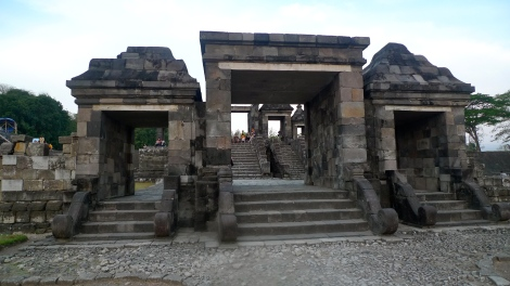 We arrived in Ratu Boko just on time before the sunset… Look at the picture, many people were eagerly looking for the beautiful sunset!